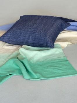 Decke mit Farbverlauf Marineblau - Türkis & Kissen///Blanket with colour gradient marine - turquoise & cusion